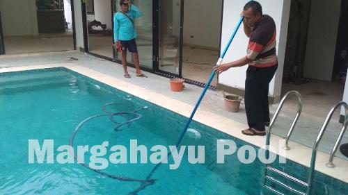 jasa penjernihan kolam renang di cibiru bandung yang dilakukan oleh team margahayu pool